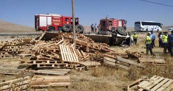 Palet yüklü kamyon devrildi: 1 ölü