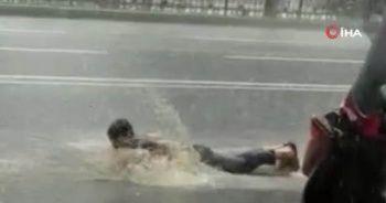 Sağanak yağmurda yüzmeye çalıştı