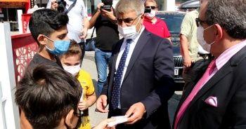 Vali Gürel maske takan çocukları örnek vatandaş olarak gösterdi