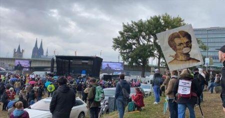 Almanya'da binlerce kişi Kovid-19 kısıtlamalarını protesto etti