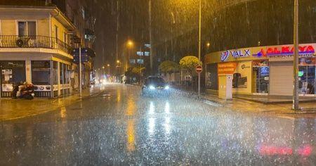 Aniden bastıran sağanak yağışa vatandaşlar hazırlıksız yakalandı