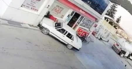 Benzin istasyonu görevlisini otomobille böyle ezdi