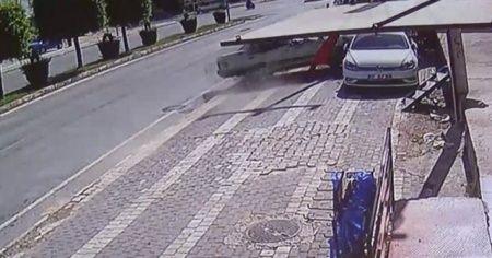 Bisikletli çocuğa çarpmamak için ölümden döndü
