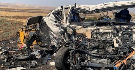 Cizre'de tırlar kafa kafaya çarpıştı: 2 yaralı