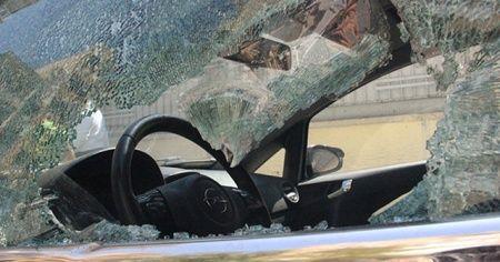 Eline demir levyeyi alan kadın 21 aracın camını kırdı