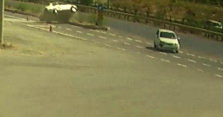 Kavşağa kontrolsüz giren otomobile çarpıp takla attı