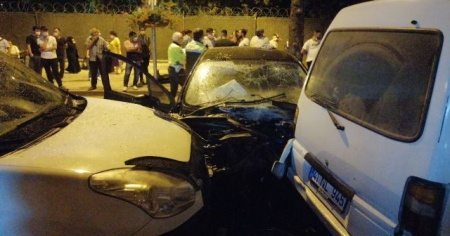 Kontrolden çıkan otomobil önce ağaca sonra da park halindeki araçlara çarptı