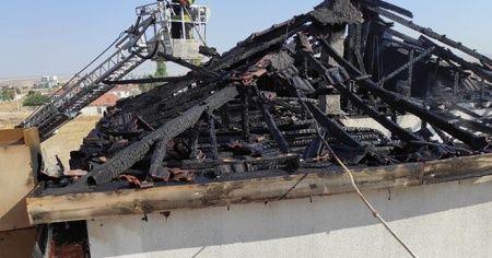 Müstakil ev çıkan yangında kullanılamaz hale geldi