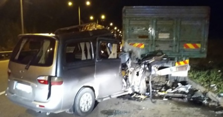 Otomobil park halindeki kamyona çarptı: 1 ölü, 1 yaralı