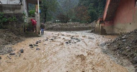 Rize'de şiddetli yağış Ardeşen ilçesinin Kaçkar köyünde sellere neden oldu