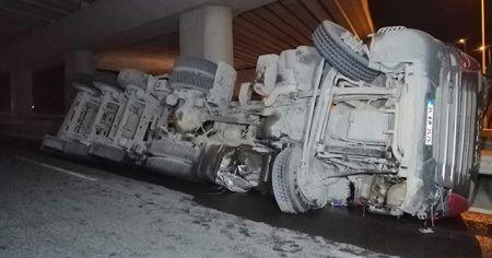 Şile otoyolunda hafriyat yüklü kamyon yan yattı