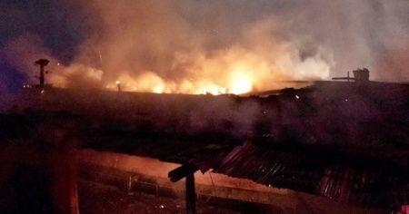 Uyurken evde yangın çıktı, alevlerden komşuları kurtardı