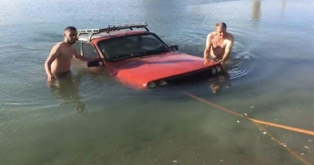 El freni çekilmeyen otomobil gölete uçtu