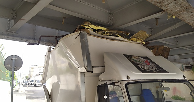 Fatih'te kamyonet demiryolu geçidine sıkıştı
