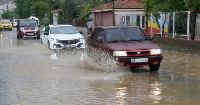 Fethiye'de etkili olan yağış vatandaşlara zor anlar yaşattı