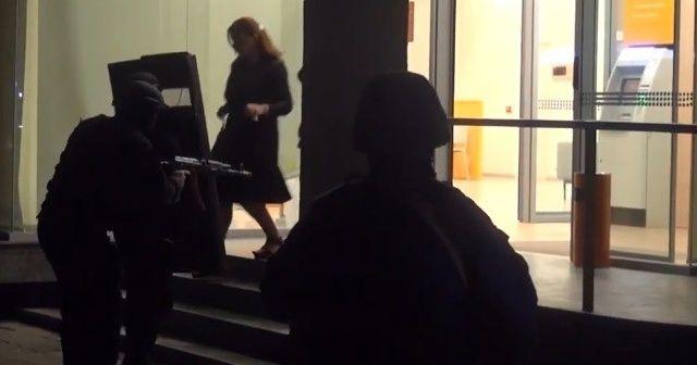 Gürcistan'da silahlı saldırgan 3 rehineyle bankadan ayrıldı
