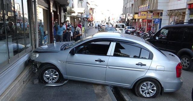 Sürücü direksiyon başında kalp krizi geçirince araç pastane duvarına çarptı