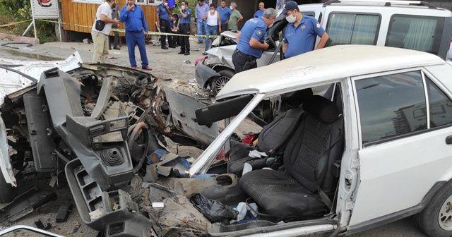 Ticari araçla çarpışan otomobil ikiye bölündü