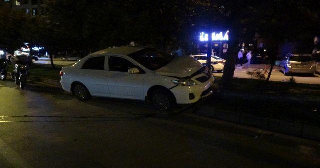 Uşak'ta alkollü sürücü aydınlatma direğini devirdi