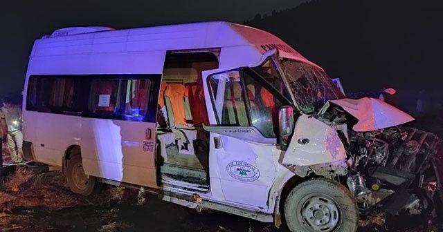 Yolcu minibüsü ile traktör çarpıştı