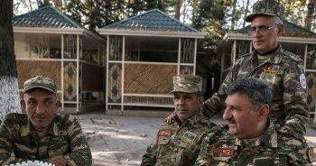 Azerbaycanlı gaziler genç askerlere moral için cephede