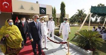 Bakan Akar'a Pakistan'da 'mehter' sürprizi
