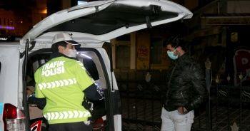 Beyoğlu'nda karantina ihlali yapan kurye, polis ekiplerince evine götürüldü