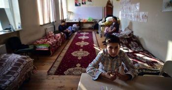 Ermenistan'ın saldırılarından kaçan siviller, 18 gündür okullarda yaşıyor