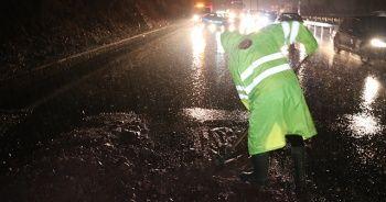 TEM Otoyolu'nda kayan toprak trafiği felç etti