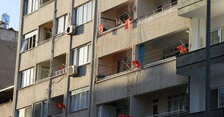 Balkonlara ve iş yerlerine Türk bayrağı asıldı