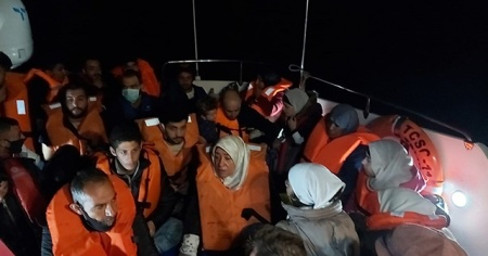 Bodrum'da Türk kara sularına geri itilen 24 yabancı uyruklu kurtarıldı