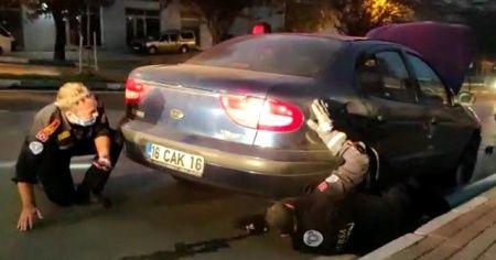 Bursa'da aracın motoruna sıkışan kedi 1 saat sonra kurtarıldı