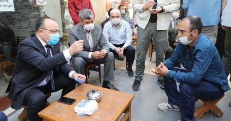 Elazığ Valisi, iş talebinde bulunan gence sigarayı bıraktırdı
