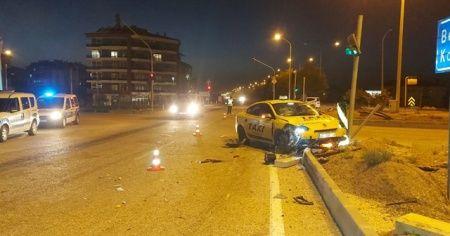 Isparta'da ticari taksiyle motosiklet çarpıştı: 1 ölü, 3 yaralı