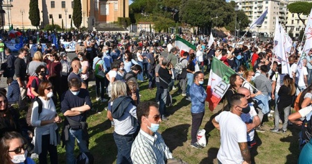 İtalya'da hükümetin Kovid-19 tedbirleri tartışma konusu oldu