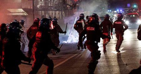 İtalya'da sokağa çıkma yasağına karşı protestolar devam ediyor
