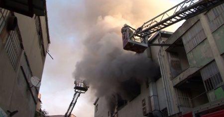 Kağıthane'de 4 katlı iş merkezinde korkutan yangın