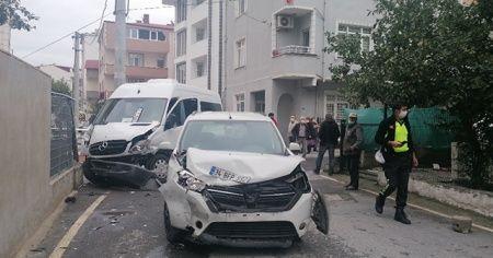 Kocaeli'de otomobil ile servis minibüsü çarpıştı