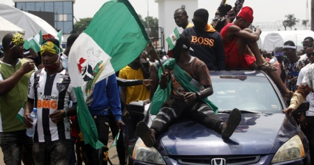 Nijerya'daki protestolar nedeniyle iki eyalette daha sokağa çıkma yasağı ilan edildi