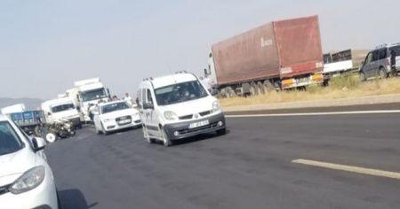 Otomobil ile çarpışan traktör ikiye bölündü