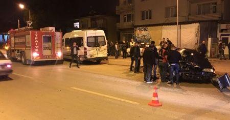Otomobil park halindeki minibüse çarptı: 1 ölü, 1 yaralı