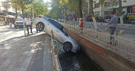 Su kanalına düşen araçtan yara almadan kurtuldu