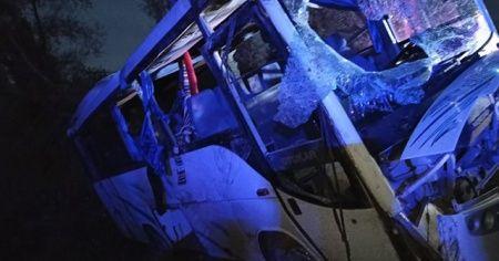Tarım işçilerini taşıyan midibüs ile ticari araç çarpıştı