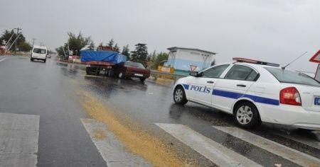 Traktör ile otomobil çarpıştı: Yaralılar var