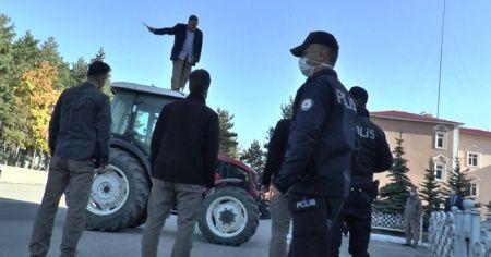 Traktörün üzerinde boğazına bıçak dayayan yaşlı adamı vali ikna etti