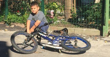 Yol kenarındaki çocuğun bisikletini ezdi