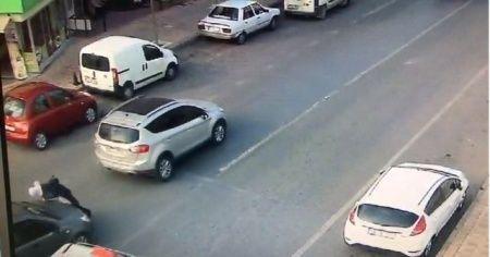 Yolun karşısına geçen yayaya otomobil çarptı