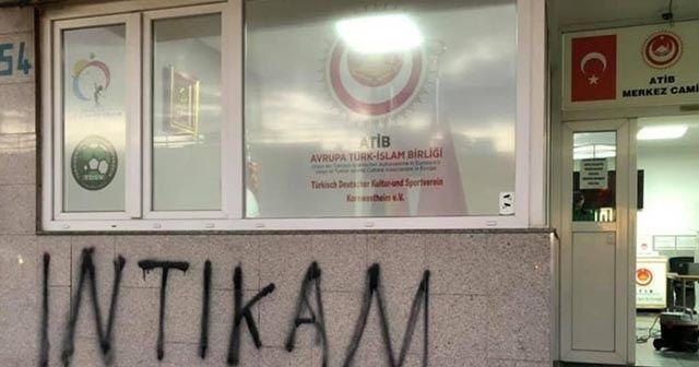 Almanya'da caminin duvarına 'intikam' yazıldı