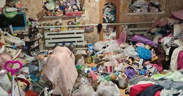 Çöp evden kurtulmaya çalışan çocuklar polisi aradı