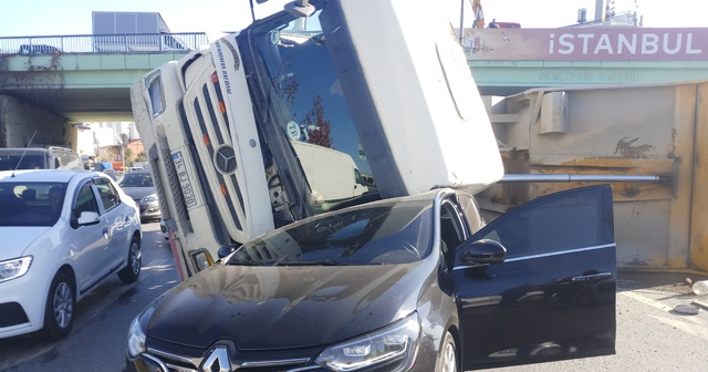 Hafriyat kamyonu otomobilin üzerine devrildi
